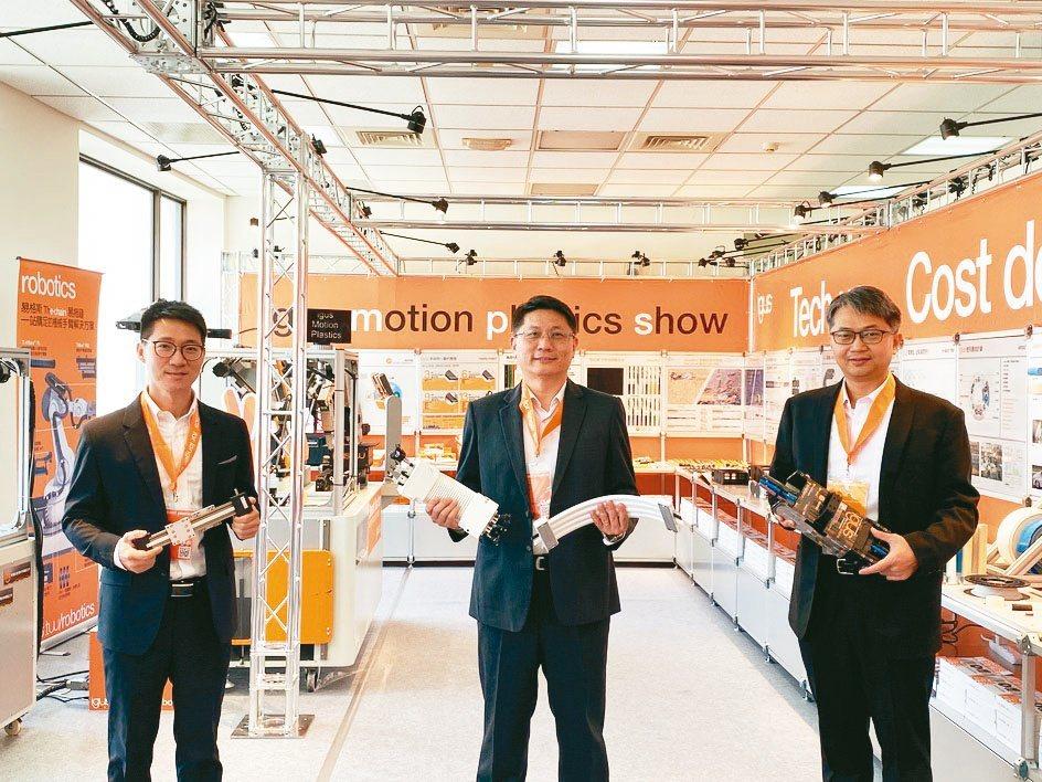 德商台灣易格斯公司總經理林廣耀(中)與產品經理在動態工程塑膠展imps攤位現場合...