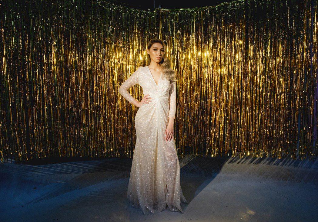 Karencici在新歌「Do Do Do」MV穿上貼身薄紗禮服,好身材展露無疑...