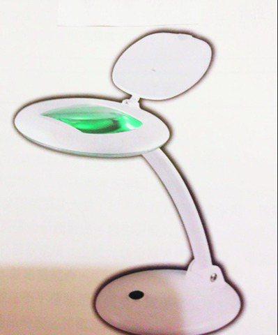 買一個放大鏡桌燈看書報雜誌,減輕眼睛的負擔。圖/鄭羽宸提供
