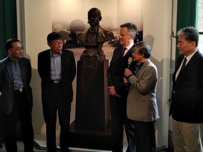 為紀念英國衛生工程技師威廉‧巴爾頓(William Burton)對台灣水道工程的貢獻,台北市長柯文(左二)昨與水利專家李鴻源(右一)、英國在台辦事處代表鄧元翰(右三)、雕塑家蒲浩明(右二),共同為巴爾頓銅像揭幕。記者林麗玉/攝影