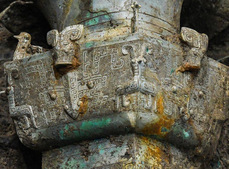 三星堆3號坑出土的大型青銅器局部,紋飾雕刻精美。圖/新華社
