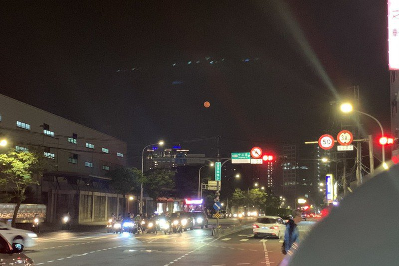 前天有不少民眾拍下俗稱「血月」的紅色月亮,引發網友討論。記者趙宥寧/攝影
