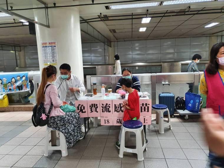 流感季已進入尾聲,三月中仍可見北市衛生局委託醫院於捷運站設置「免費施打流感疫苗」...