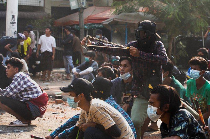 仰光的抗議群眾28日用彈弓對抗軍隊的子彈。路透