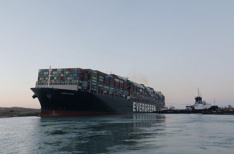 長榮海運超大型貨櫃輪長賜號29日脫困,蘇伊士運河隨即恢復通航。 法新社