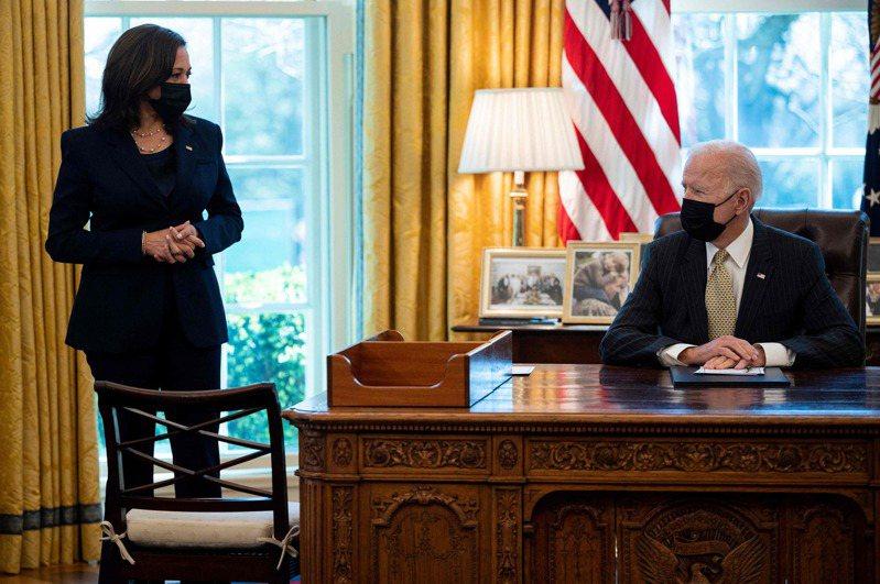 美國總統拜登(右)與副總統賀錦麗。 法新社