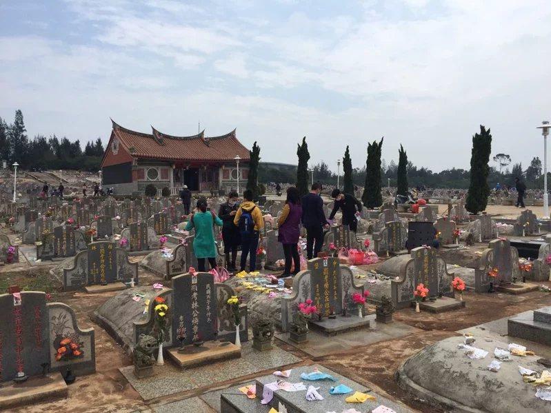命理專家小孟老師也幫大家整理了不宜掃墓的「10種人」  示意圖/蔡家蓁 攝影