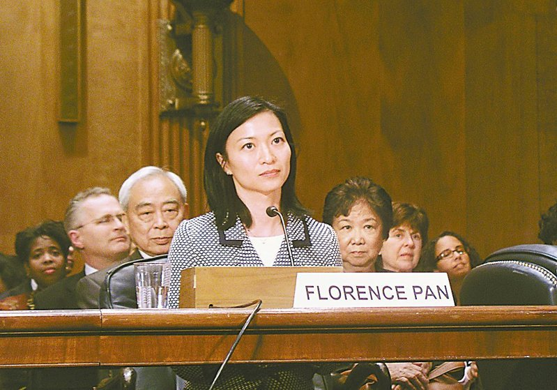 華裔女法官潘愉獲拜登提名出任華盛頓特區地區法院法官;潘愉在2009年獲歐巴馬總統提名,擔任華盛頓特區最高法院法官;圖為潘愉2009年在國會出席任命聽證,她的父親潘無競(左後)、母親羅丹玲(右後)也出席聽證。(本報資料照)