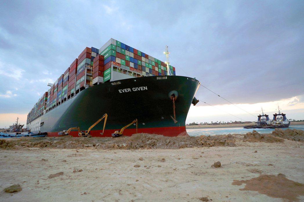 蘇伊士運河因為長賜輪(Ever Given)「大塞船」事件,對全球經濟活動產生重大影響。 圖/歐新社