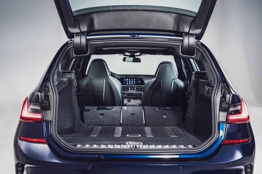 Touring車型展現卓越的機能性與舒適性,搭配後廂安全分隔網、行李廂捲簾及後廂...