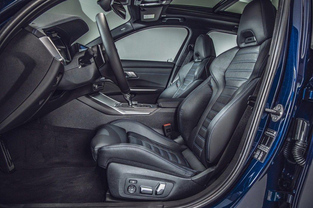包覆性與支撐性優異的M雙前座跑車座椅搭配全新Vernasca真皮內裝,不僅堆砌出...