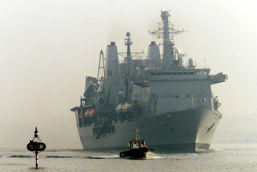 一般而言船駛入運河,就由當地熟悉環境的領港(引水人)負責引領船過運河。圖為蘇伊士運河領港船(前)。 圖/路透社