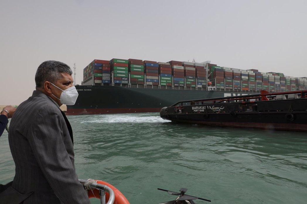 3月25日,蘇伊士運河管理局視察長賜輪狀況。 圖/路透社