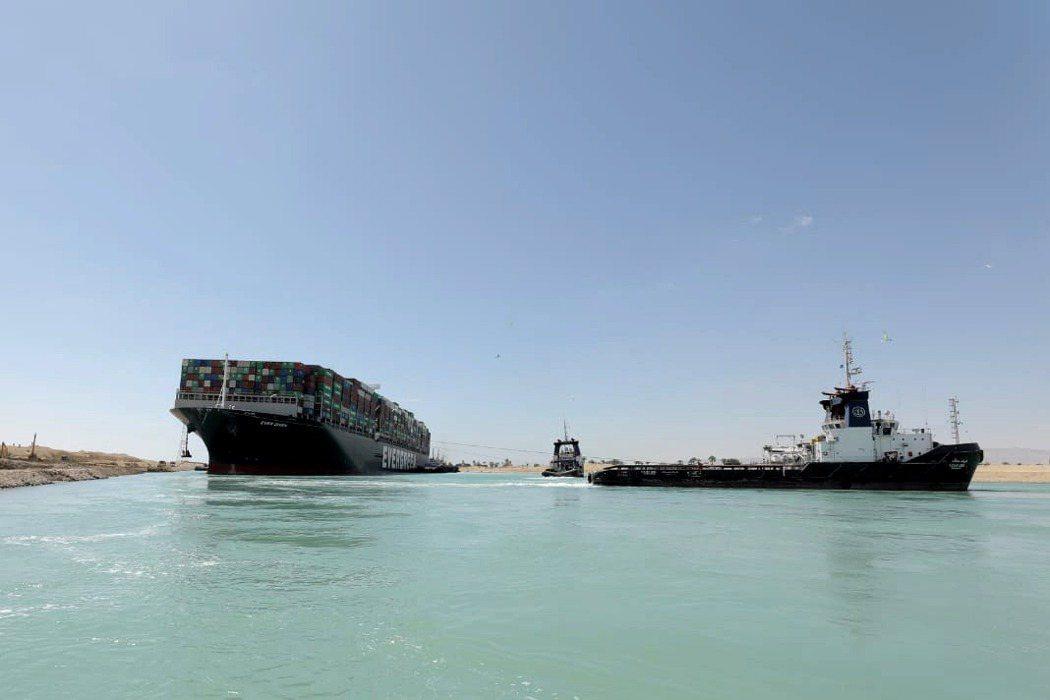 3月29日,蘇伊士運河管理局宣布長賜輪已浮起脫困。 圖/歐新社