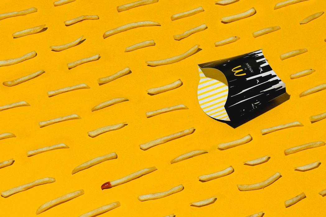 APUJAN與麥當勞第三度聯名黑堡系列,包含設計罕見的限定版黑色系薯條盒。 圖/...