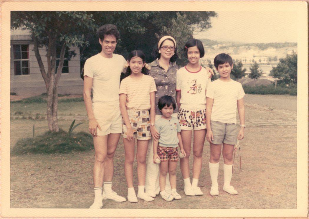 李明維(右)與父母和姊弟。圖/李工作室 提供
