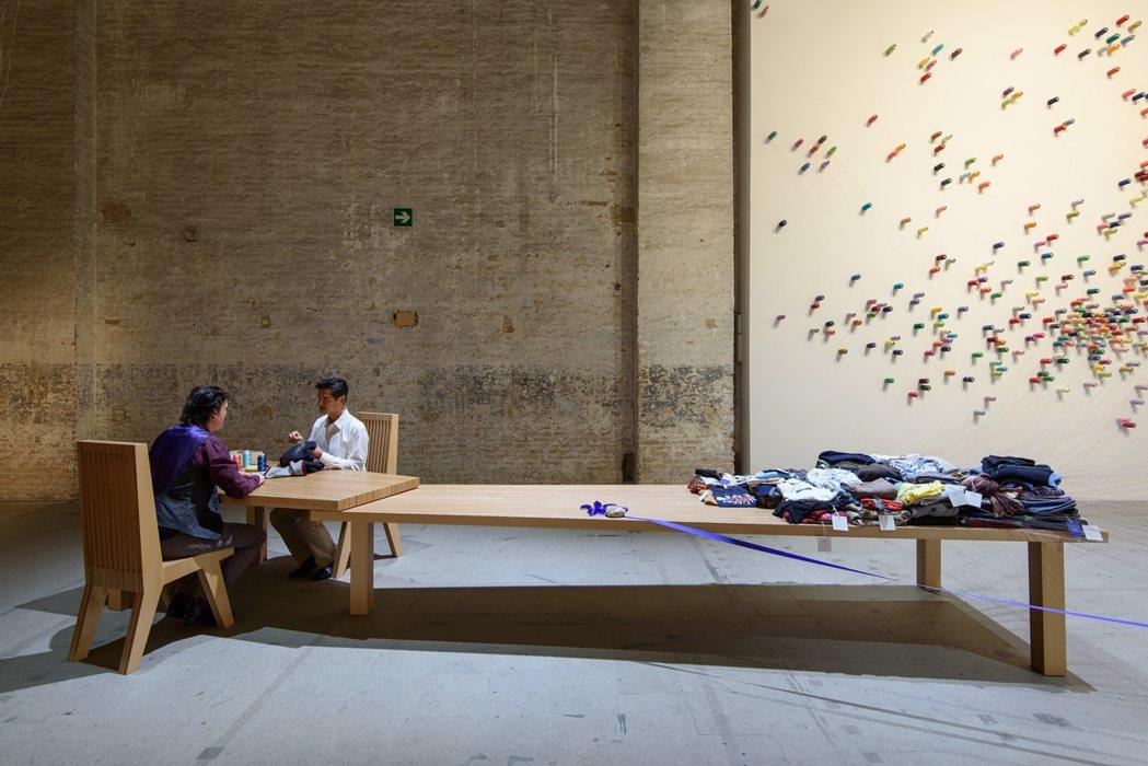 李明維的《補裳計畫》2017年於威尼斯雙年展「藝術萬歲」展出現場。圖/李工作室提...