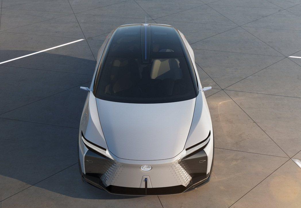 家族特徵紡錘式水箱罩,也因為電動化的緣故做了調整。 圖/Lexus提供