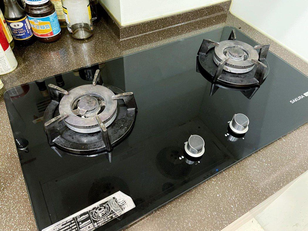 原PO家中的瓦斯爐始終點不著,研究後發現竟是以「電池」點火運作。圖擷自爆廢1公社