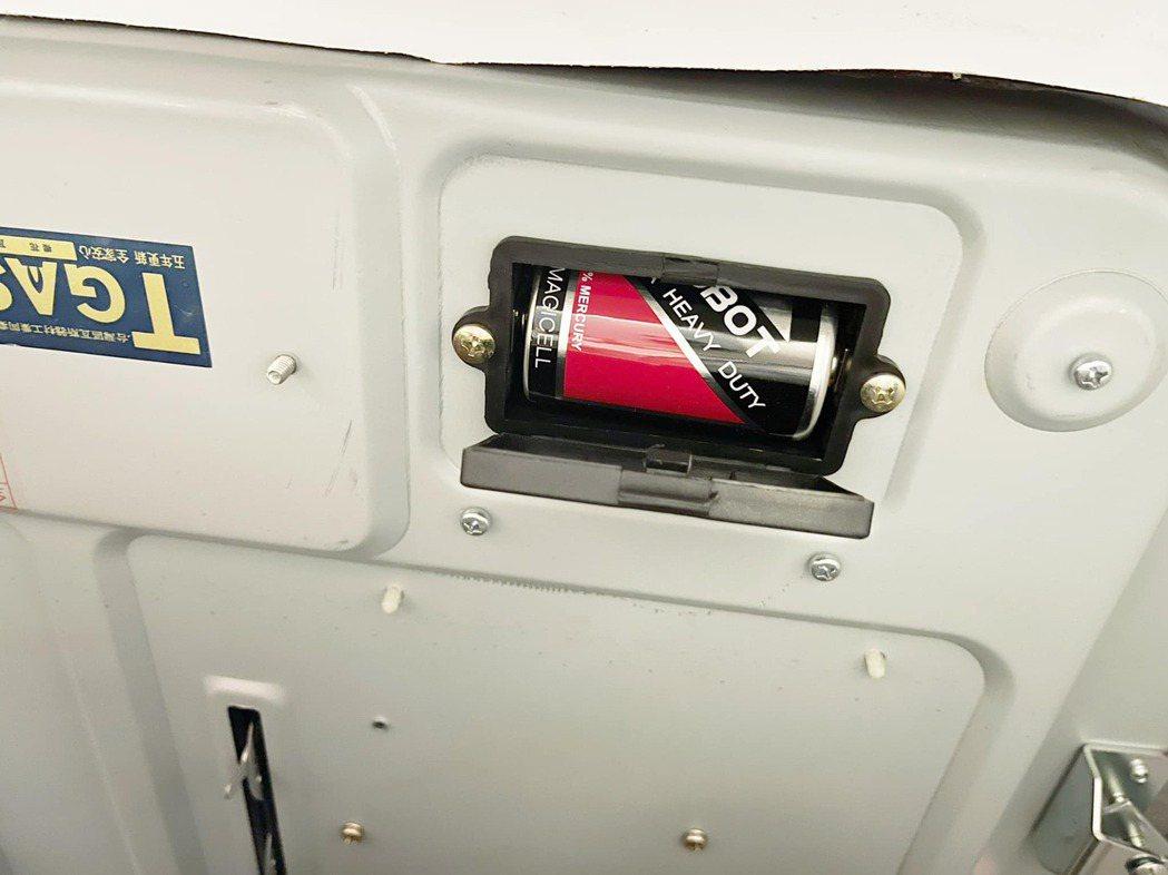 瓦斯爐竟是以「電池」點火運作,令原PO直呼「用這麼久才發現!」。圖擷自爆廢1公社