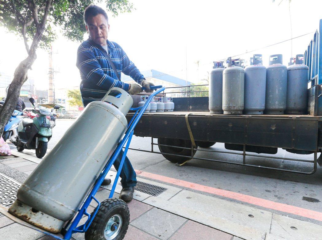 雖然天然氣瓦斯是趨勢,但全台多數住戶還是習慣使用桶裝瓦斯。圖/聯合報系資料照