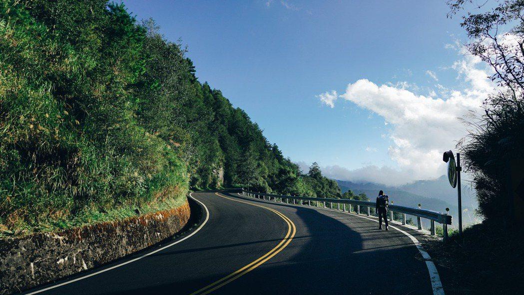 阿泰和呆呆規劃了一趟徒步旅行,要從海走到山,一直走到台灣的最高點:玉山主峰。 圖...