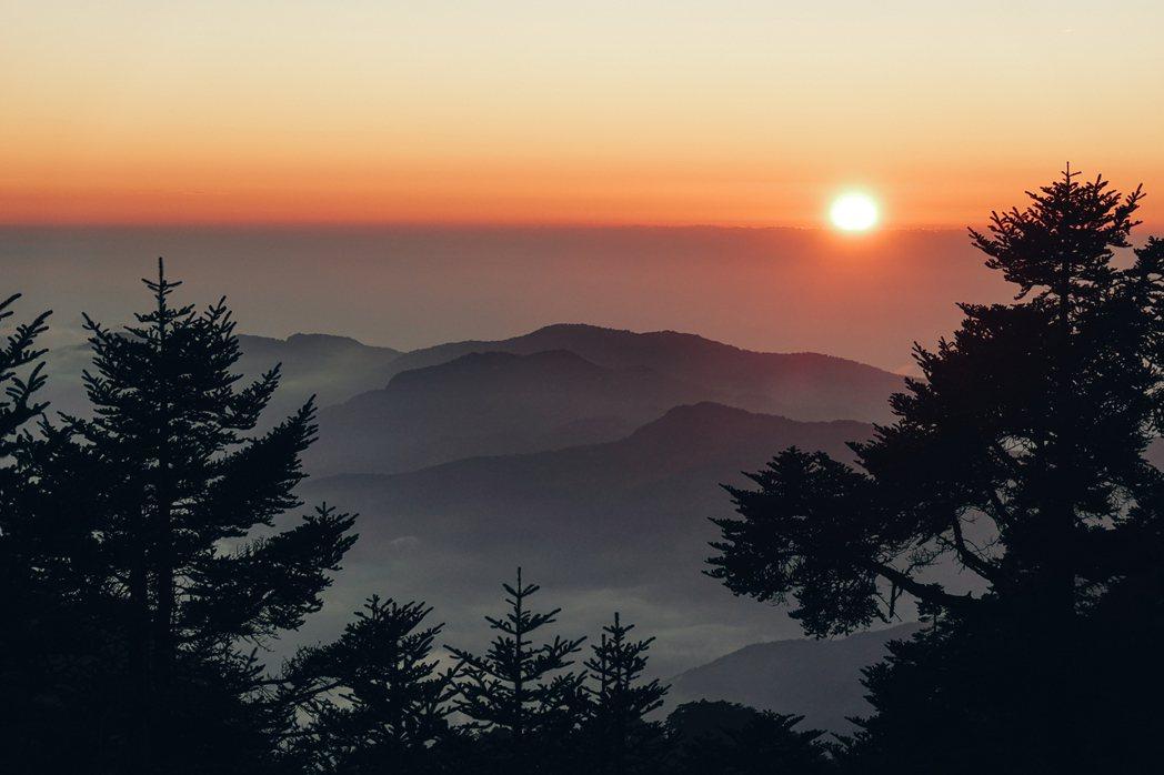 排雲山莊看見的日落。 圖/楊世泰、戴翊庭攝影