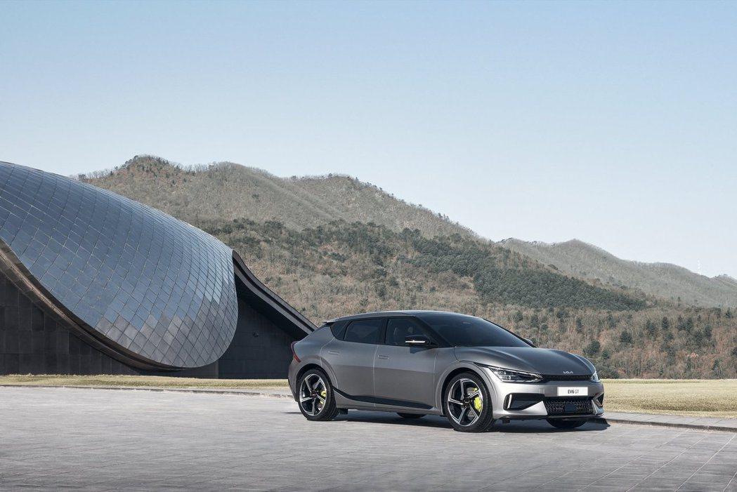 高性能擔當的Kia EV6 GT,在前、後軸各配置一具電動馬達 (四輪驅動),可...