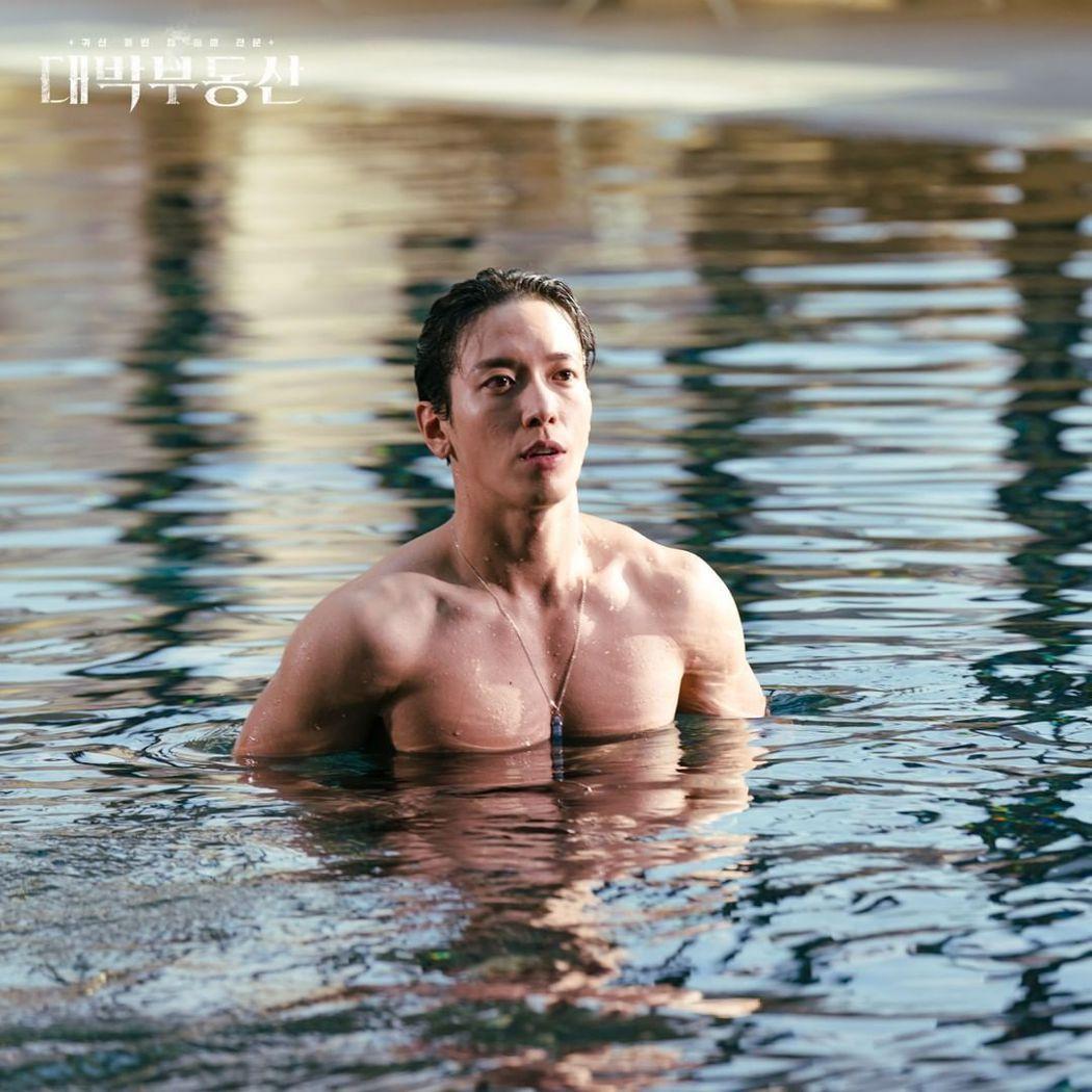 鄭容和在「大發不動產」中難得曬出好身材。 圖/擷自KBS官方IG