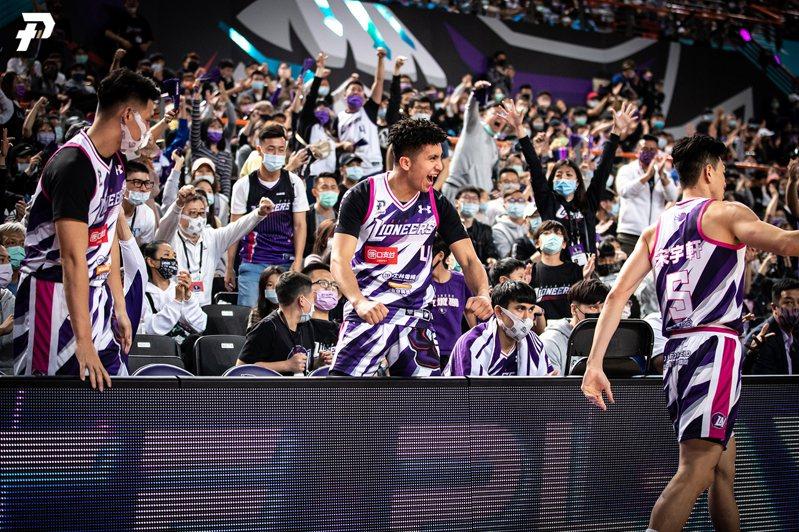 攻城獅隊連兩天奪勝,球迷和高國豪興奮慶祝。圖/PLG提供 曾思儒
