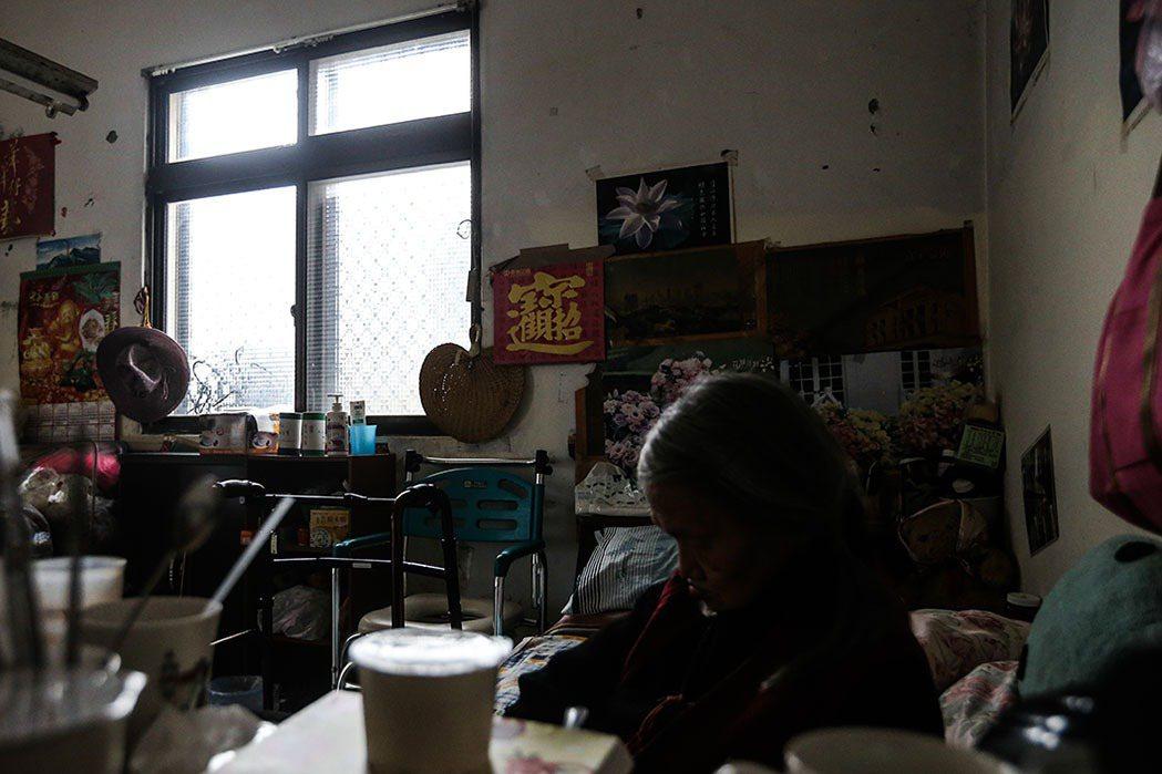 劉蔭獨坐,滿室雜物,也是寂寥。 記者黃仲裕/攝影