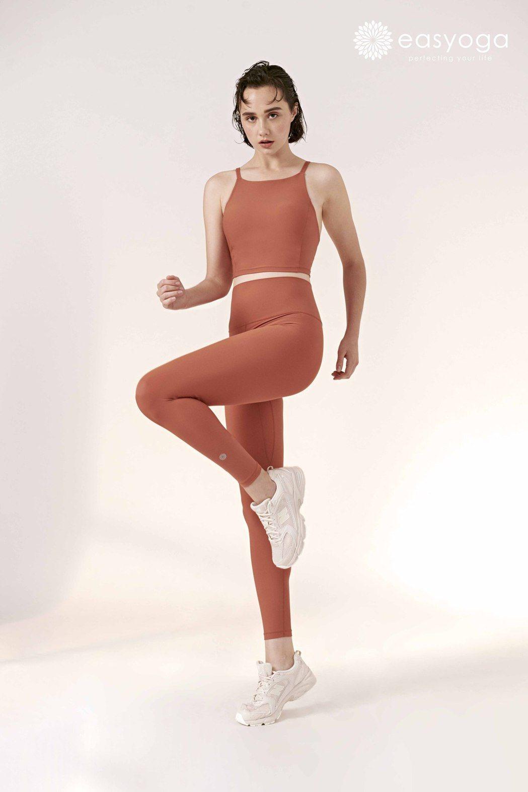 磁磚橘高平領低背背心。 easyoga/提供