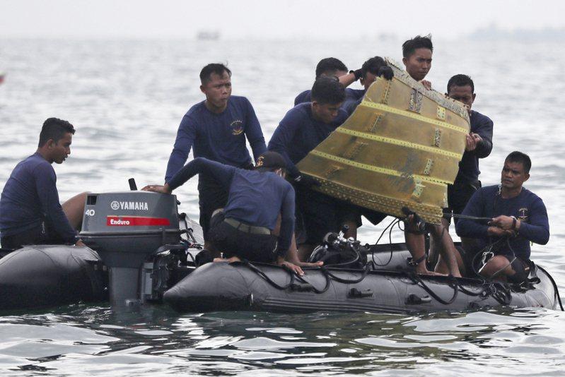 印尼三佛齊航空(Sriwijaya)編號SJY-182波音737-524型班機今年1月9日起飛後不久便墜入爪哇海,機上62人全數罹難。潛水人員在空難發生幾天後,找到飛機座艙語音紀錄器的外殼和定位信號,但耗費近3個月時間才找到紀錄器 美聯社
