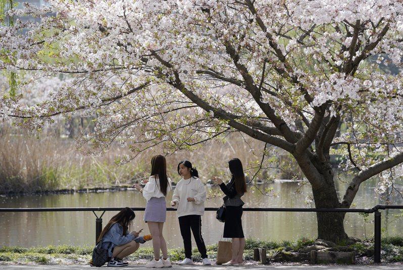 日本境內2019冠狀病毒疾病(COVID-19)疫情已現「第4波」跡象,包括東京都、大阪府、東北地方及沖繩縣等地,單日新增病例都爆量,其中大阪府政府已決議籲請中央政府協助。 歐新社