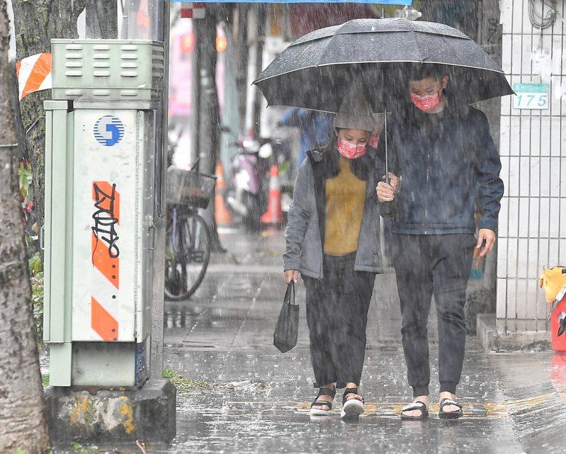中央氣象局發布大雨特報,偏東風影響及午後對流雲系發展旺盛,易有短時強降雨。圖/中央社資料照