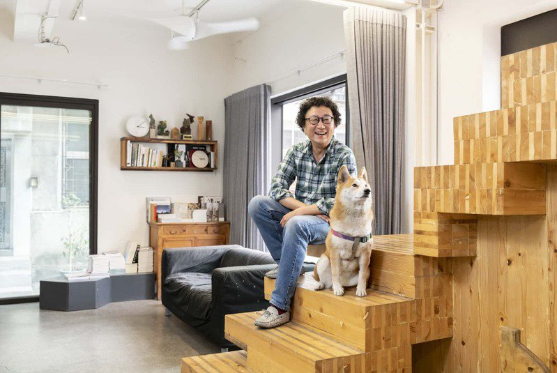 中漂十多年的繼光工務所建築師吳建志與柴犬嘎逼,很享受位於中區、老廠房改建的的共同工作空間。 (謝佩穎攝)