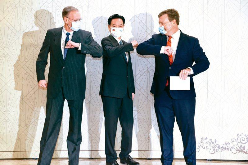 外交部長吳釗燮(中)昨天中午宴請帛琉總統惠恕仁伉儷,宴會前與美國在台協會(AIT)處長酈英傑(左)及美國駐帛琉大使倪約翰(右)發表簡短談話。記者林俊良/攝影