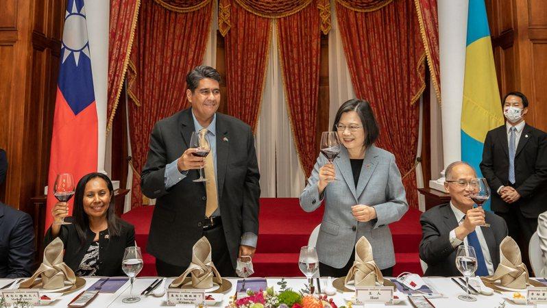 蔡英文總統(右三)昨晚在台北賓館宴請帛琉總統惠恕仁(左二)伉儷。總統府祕書長李大維(右二)也出席晚宴。圖/總統府提供