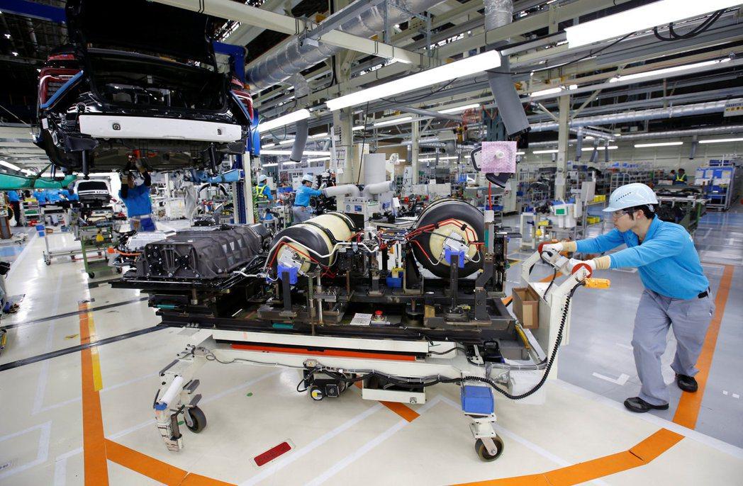 全球晶片荒導致車廠產量銳減,在供給有限的情況下庫存持續減少,使美國新車銷售價格攀...