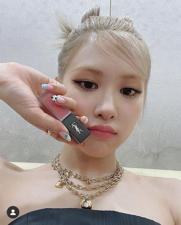 Rosé配戴Tiffany HardWear系列珠寶。圖/取自IG @roses...