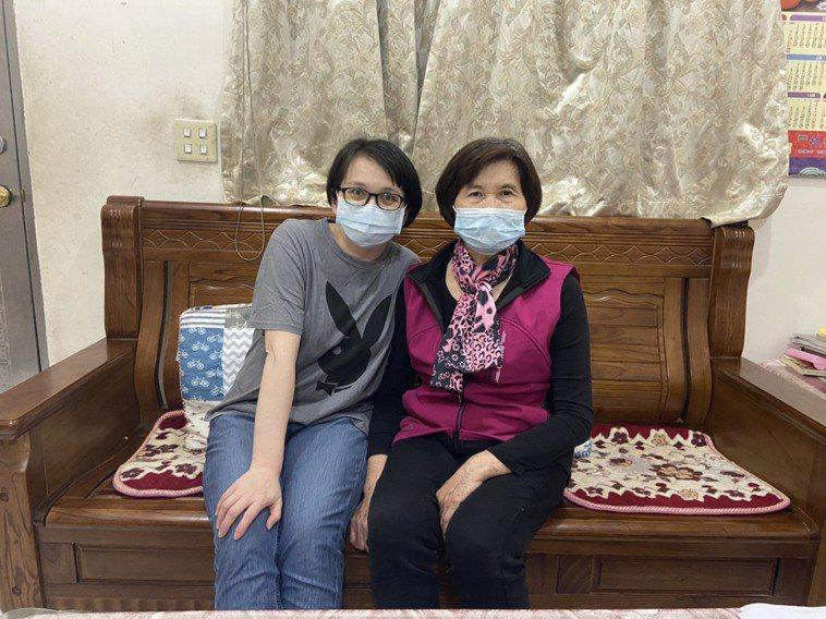 東元綜合醫院腎臟內科護理師張淑明(左)捐肝給自己的母親,報答養育恩情。圖/東元綜...