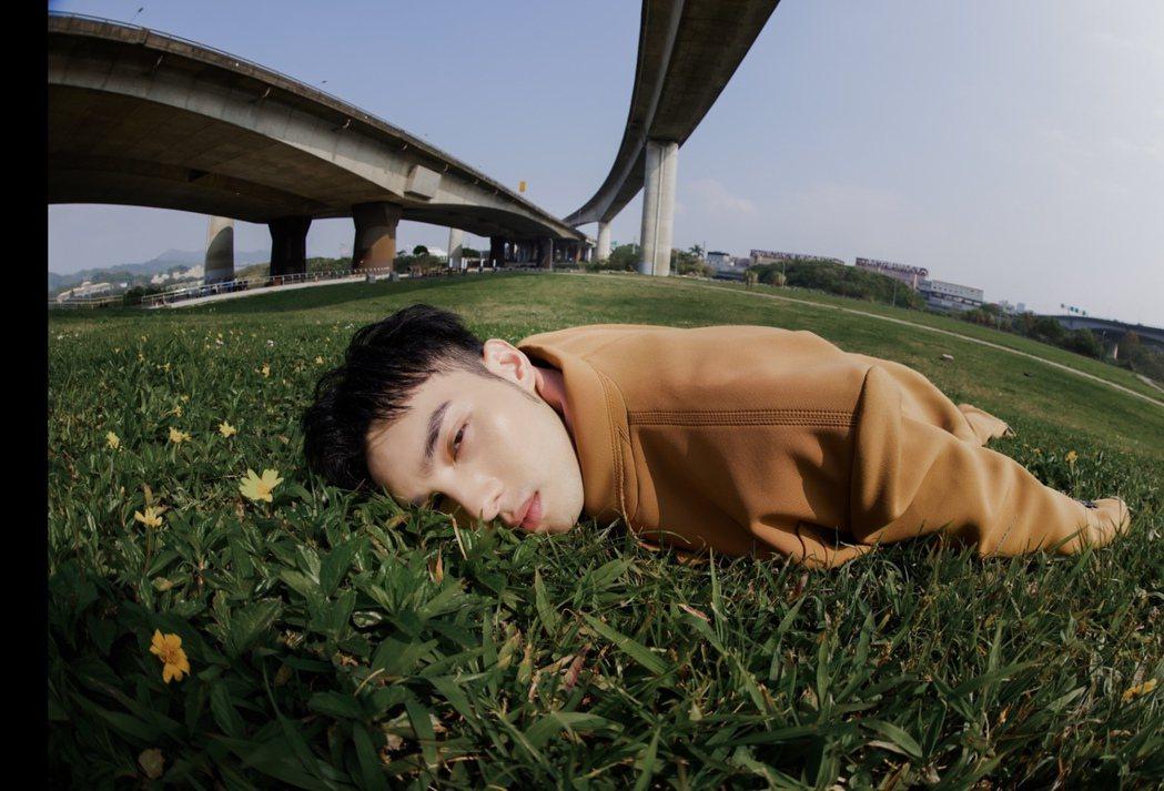 黃偉晉臉緊貼草地,脖子慘遭蟲吻。圖/愛貝克思提供