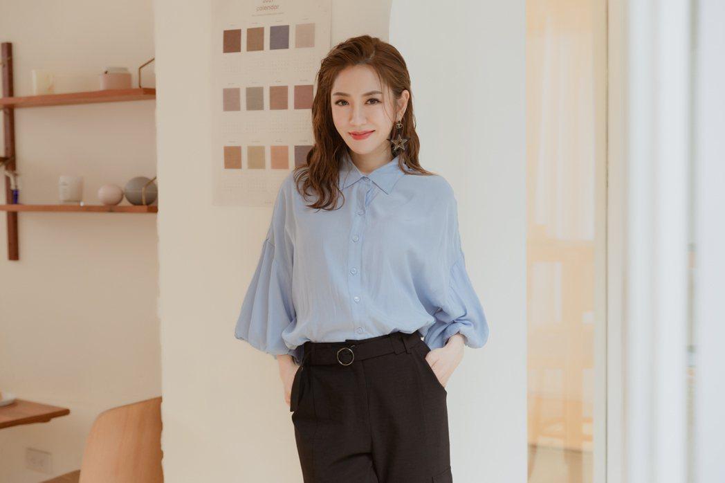 楊千霈為品牌拍攝春夏服裝照。圖/Ouwey歐薇提供