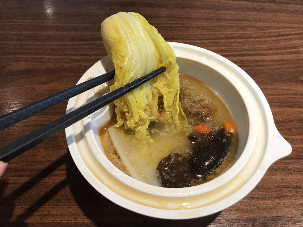 全家便利商店 X 上善豆家「麻油娃娃蔬菜湯」選用古味麻油薑拌醬,並加入娃娃菜、木...