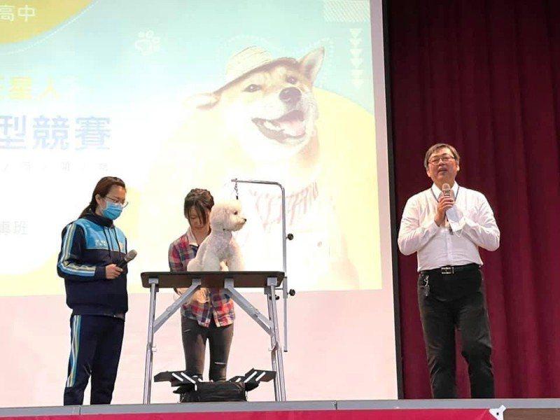 元培醫大寵物保健學程老師林育興及同學葉毓琪應邀於活動中示範寵物美容。圖/元培醫事科大提供