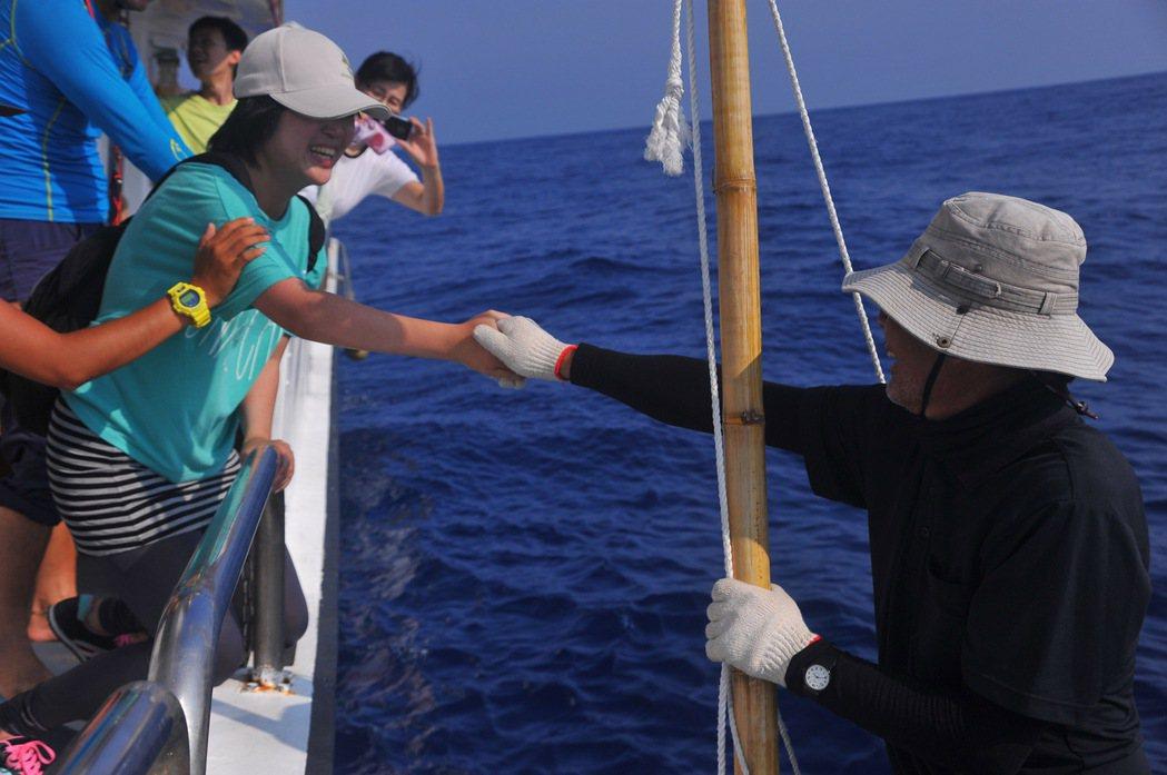 電影紀錄了海洋文學作家廖鴻基及水下鯨豚攝影師金磊。圖/牽猴子提供