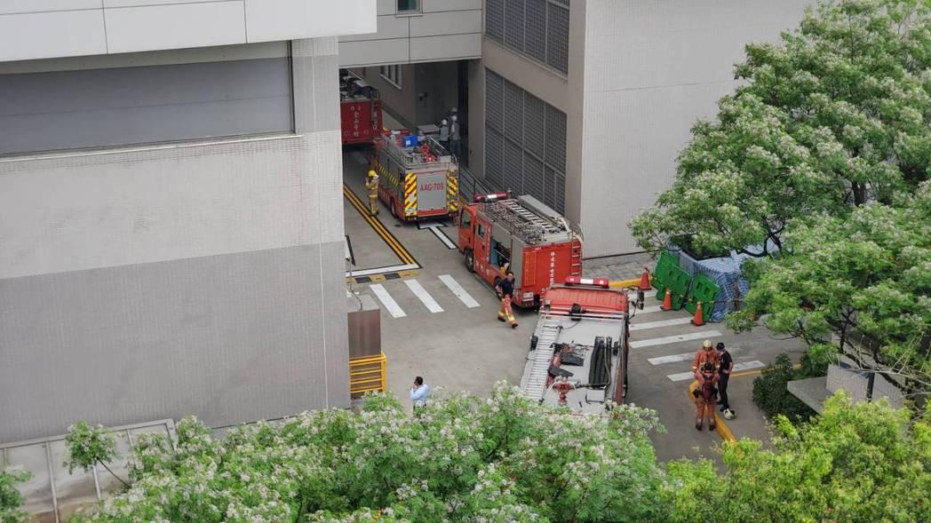 台積電竹科晶圓12B廠火警,員工一度全部向外疏散避難。圖/讀者提供