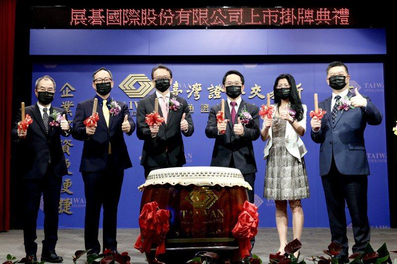 展碁國際董事長陳俊聖(左三)、總經理林佳璋(左二)帶領經營團隊進行掛牌上市擊鼓儀式。記者吳凱中/攝影