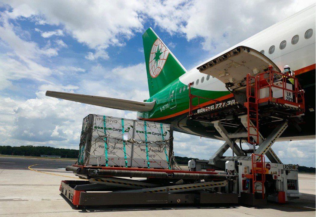 長榮航空與國內、外多家溫控載具供應商合作,並結合監控裝備追蹤運送產品的溫溼度。 ...