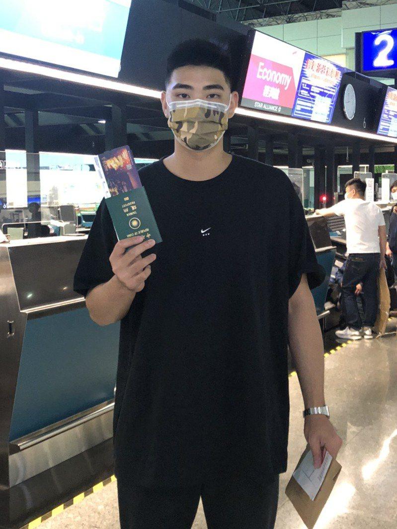 陳柏毓搭機赴美,展開旅美生涯。圖/陳炳男提供